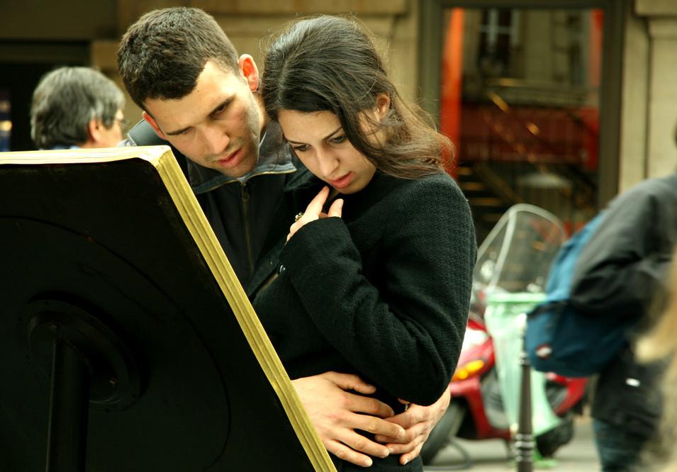 Junges Paar studiert die Speisekarte eines Restaurants