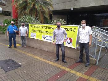 SINDICATO FAZ MANIFESTAÇÃO NO SANTANDER CONTRA DEMISSÕES
