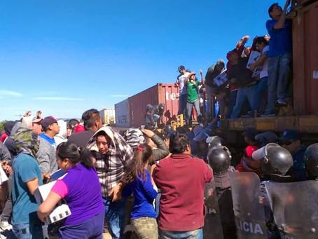 Rapiña al tren en Cañada Morelos frente a policías y militares