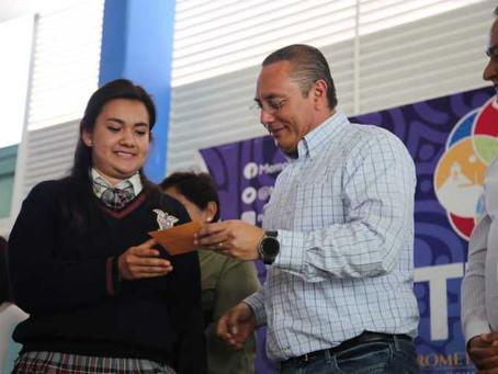 Memo Velázquez realiza su primera entrega de becas a más de 300 niños y jóvenes