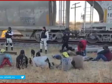 Retiene a 23 migrantes que viajaban a bordo del tren en Serdán