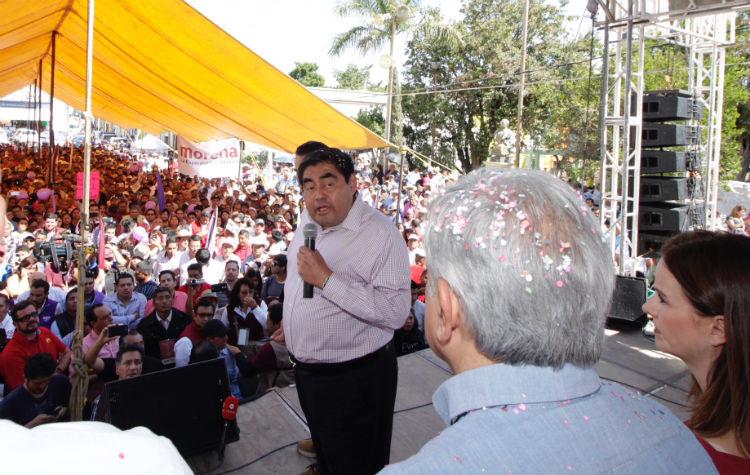 Miguel Barbosa y AMLO en Chiautla, Puebla.