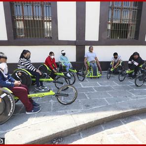 Deportistas de alto rendimiento reciben sillas de parte del SEDIF