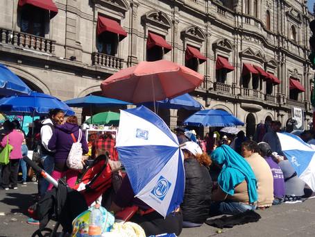 Por desalojo, ambulantes instalan puestos frente al palacio municipal