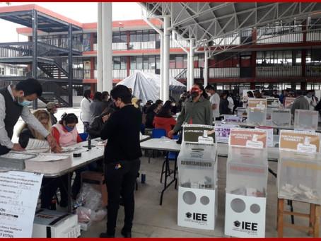 Con retraso y alta participación arrancan elecciones en Puebla