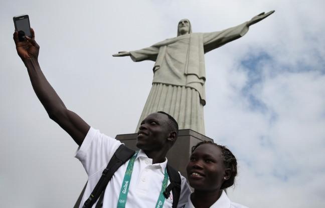 Miembros del equipo Olímpico de refugiados se toman una 'selfie' (Foto: Getty Images/Buda Mendes)