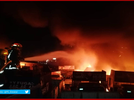Se incendia deshuesadero de gasera en Acajete