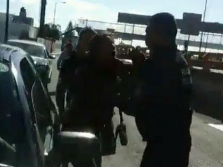 Agrede policía a mujer en periférico de Puebla y huye