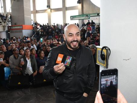Sorprende Lupillo Rivera a usuarios del metro de la CDMX