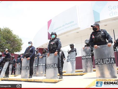 Maestros de Tecamachalco cierran con candados oficinas de la SEP en Puebla