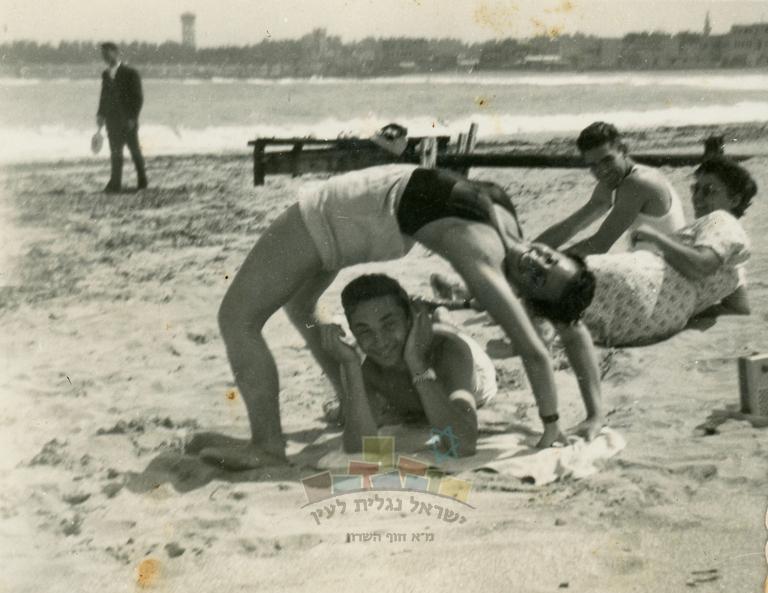 שושנה פרדו (לימים כהן), עם חברים ובנ