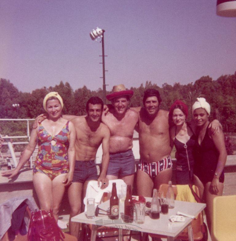דוד עם חברים בבריכה