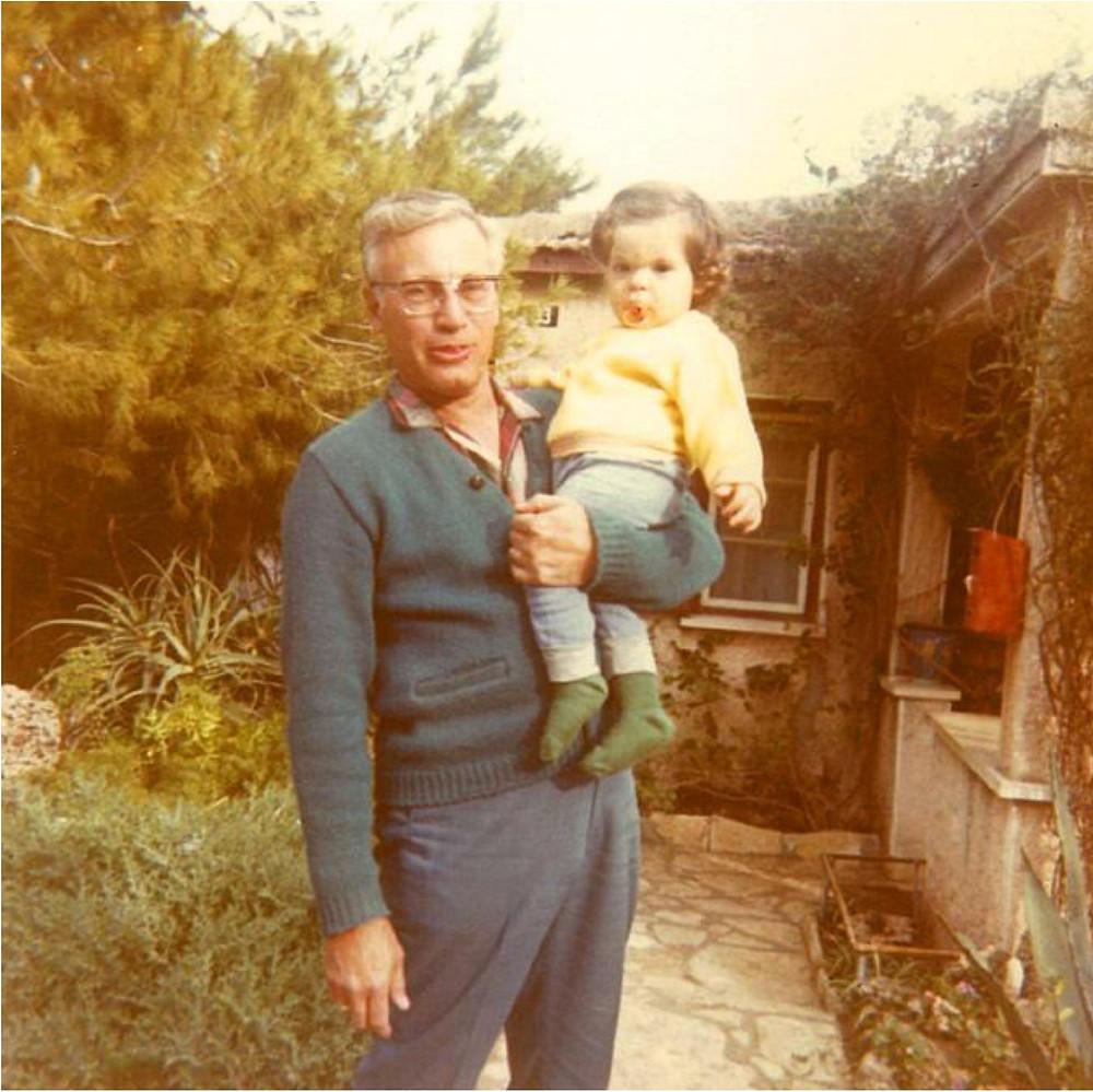 ברטהולד (ברוך) רובינשטיין עם נכדו דרור בחצר ביתו, 1973