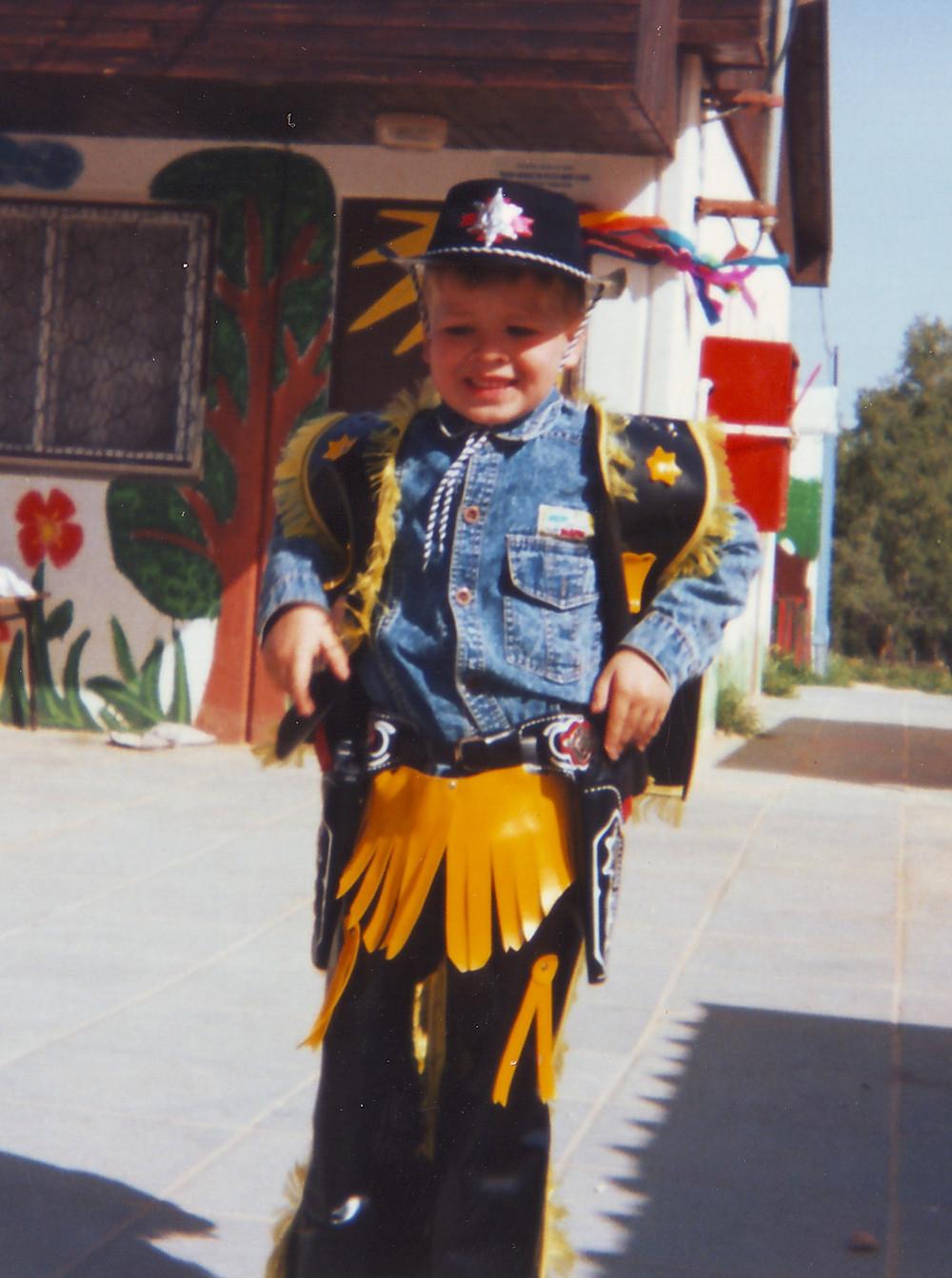 פאבל גלושק בן החמש בתחפושת קאובוי, גן הילדים בשכונה ד' בבאר שבע, 1994. צילום: אלכס גלושק