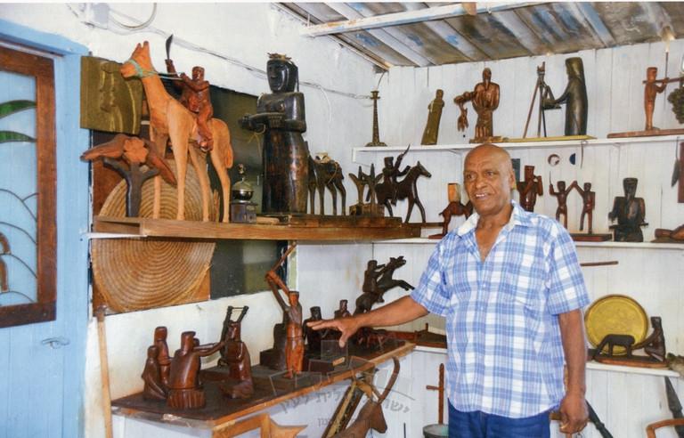 האמן סאלח עליסאת בגלריה למורשת הבדואים שבביתו בחילף בסמת טבעון, 1999
