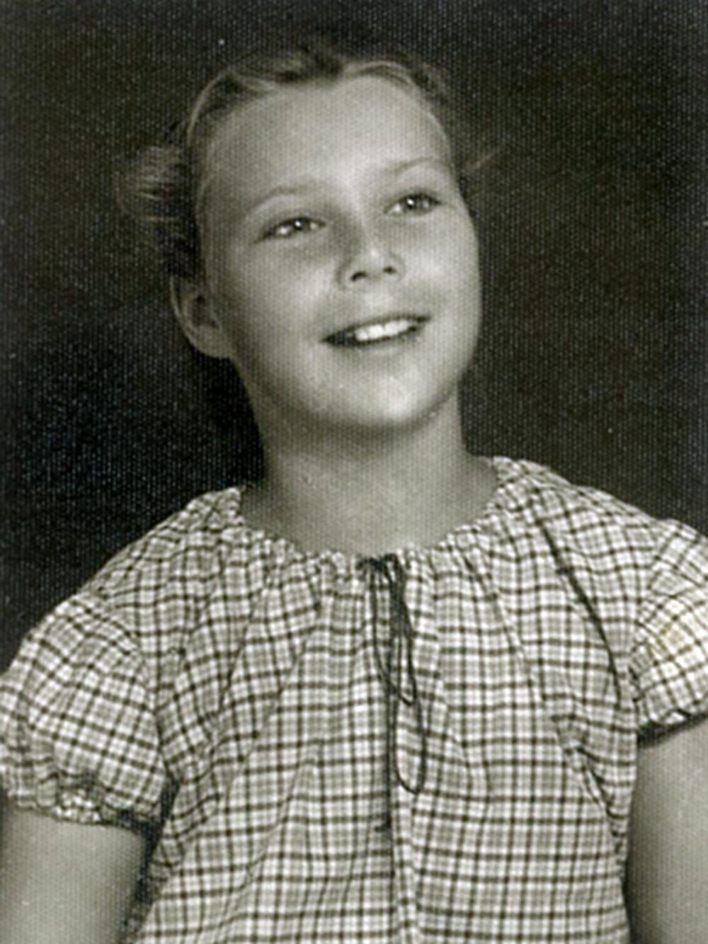 נעמי מנהיימר (לימים צעירי) בחולצה משובצת. קיבוץ גליל ים, 1954