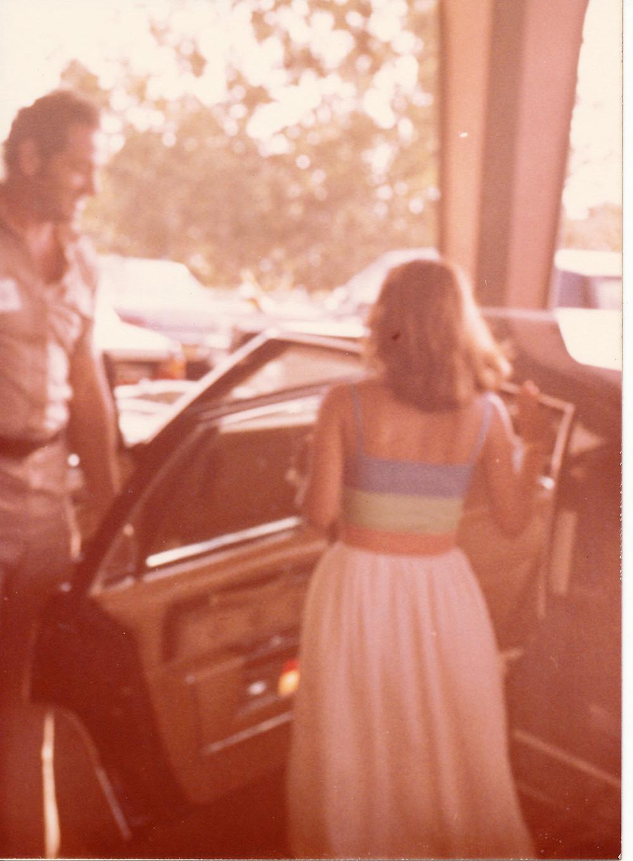 עמי פרנק פותח את דלת המכונית לננה ג'יהן, בתו של אנואר סאדאת