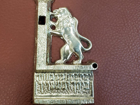 האריה שוב שואג בשער: הנער ששמר על מזוזת הכנסת