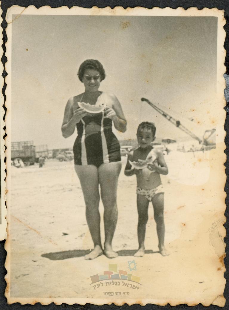 שושנה כהן עם בנה אבי, על שפת הים בחו