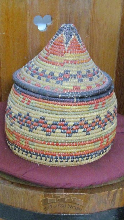 """שת"""": סל גדול לאחסון בגדים, מעשה ידיה של בדרה קרואני, מוצג בבית בתה שושנה ונה לבית קרואני, ראש העין. צילום: אמיר רווה"""""""