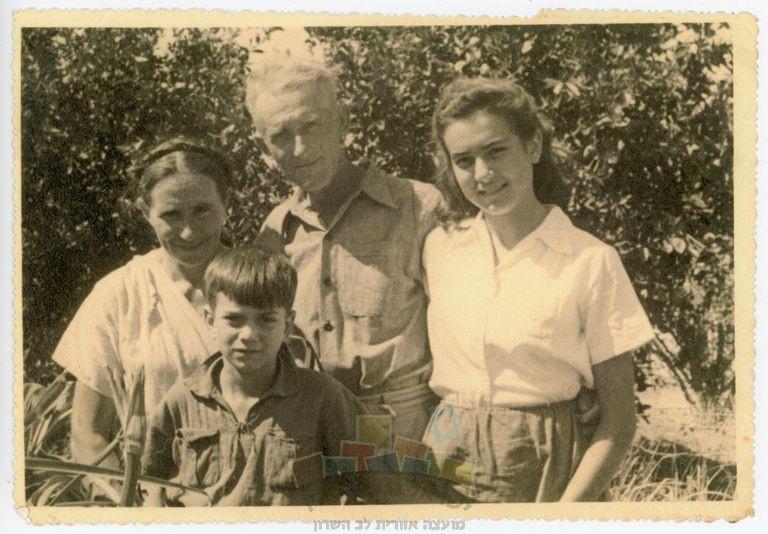 משפחת סוכובולסקי בחצר ביתה בעין ורד: ההורים שלמה ושושנה עם ילדיהם עמוס ורחל (לימים כהן), 1950. צילום: מאיר מנדלין.