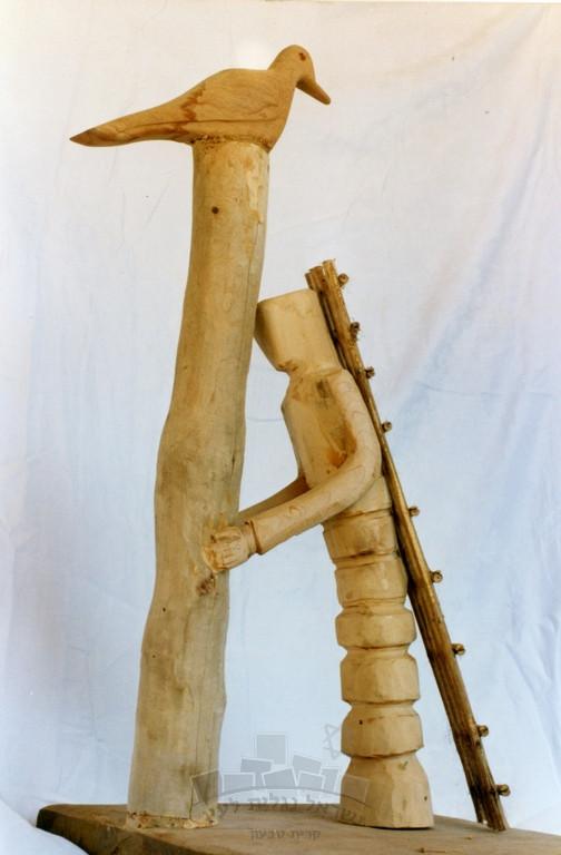 """""""הסולם"""", פסל עץ של האמן סאלח עליסאת, נוצר במלאת חמש שנים לרצח ראש הממשלה יצחק רבין"""
