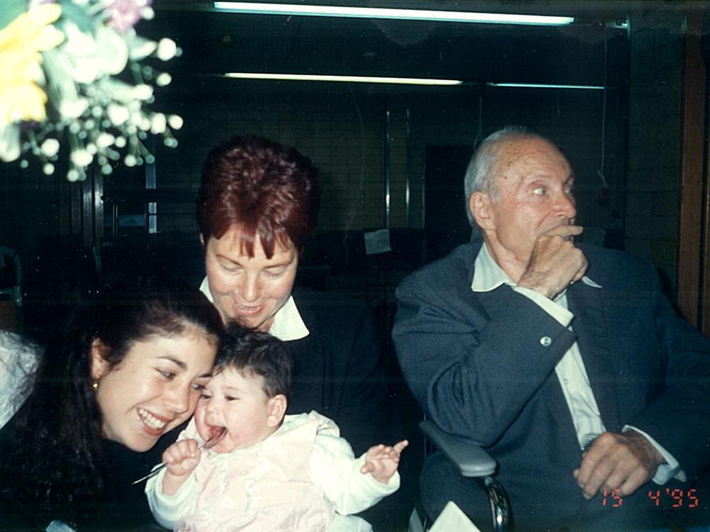 ליל סדר בחדר האוכל בקיבוץ גליל ים. מימין: חנן מנהיימר, בתו נעמי צעירי, נינתו, ונכדתו גל,1995