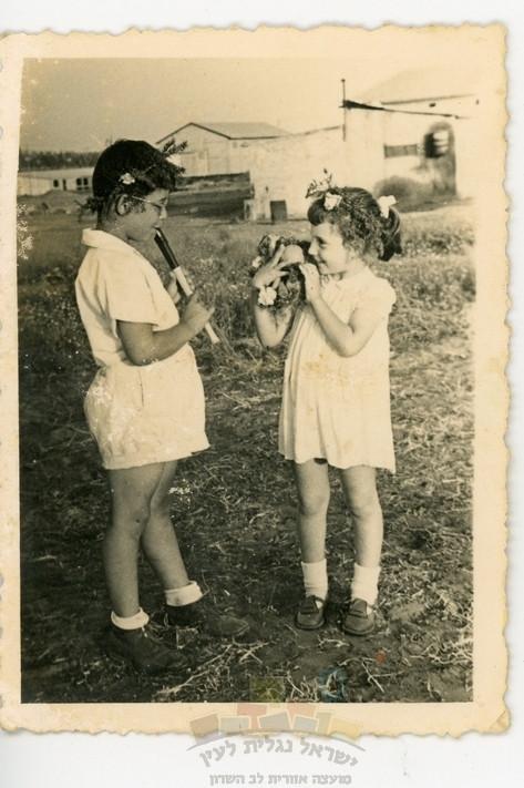 מרדכי (מוטי) פינקלשטיין מחלל בחליל ואחותו טובה (לימים אזולאי) בחג שבועות בנורדיה, 1956, אלבום מרדכי (מוטי) פינקלשטיין – נורדיה