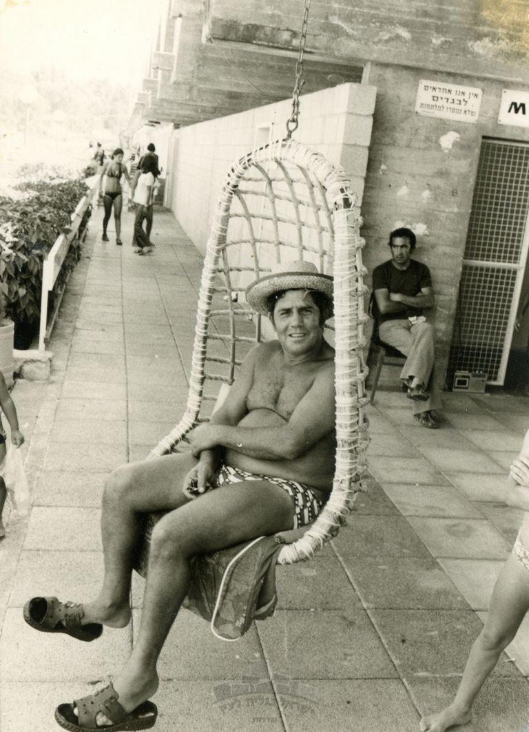 דוד כהן יושב על הערסל, בריכת שדרות, שנות ה 70