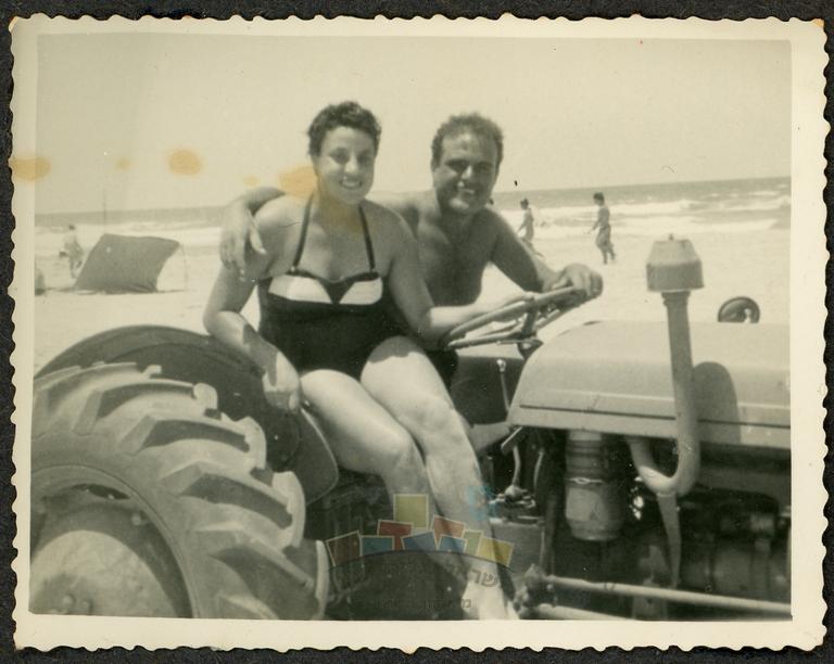 שושנה ויוסף כהן בחוף פולג, על הטרקטו