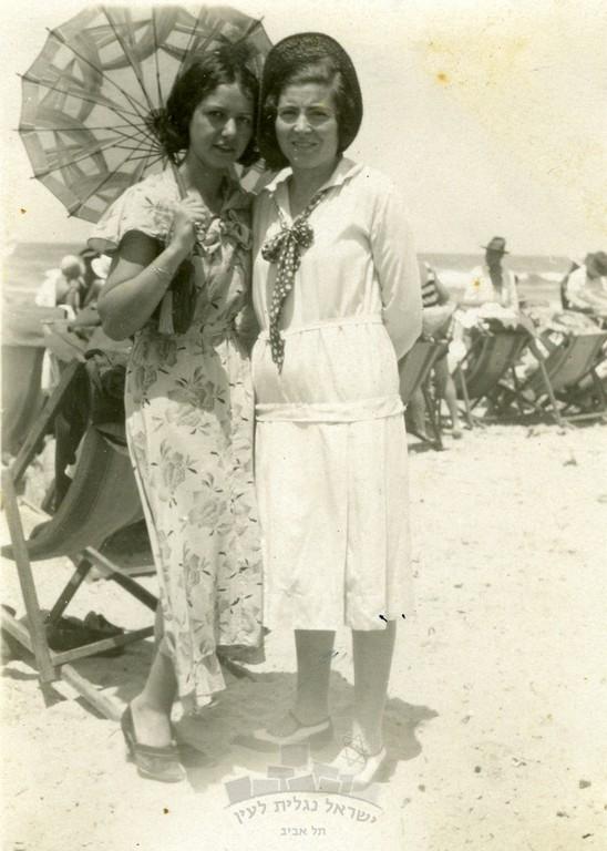 מיכל תמרי, לימים גרסטל, עם חברה בחוף