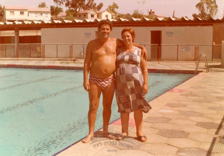 ג'ולייט בבריכה עם דוד