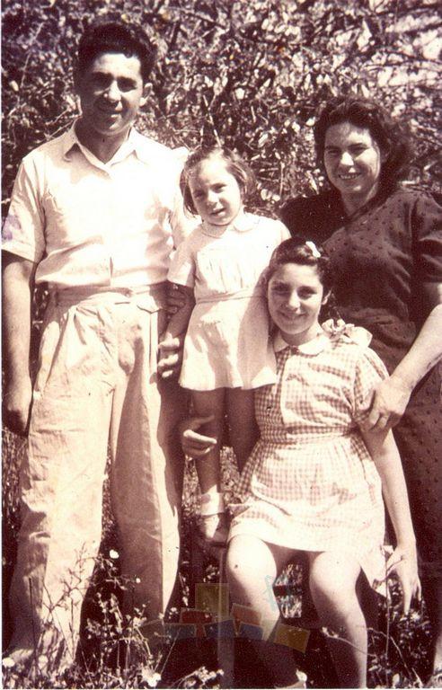 משפחת בונין בשדה מול ביתה, רחוב ארלוזרוב, רעננה, 1948 בערך