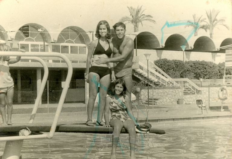 דוד והבנות בבריכה