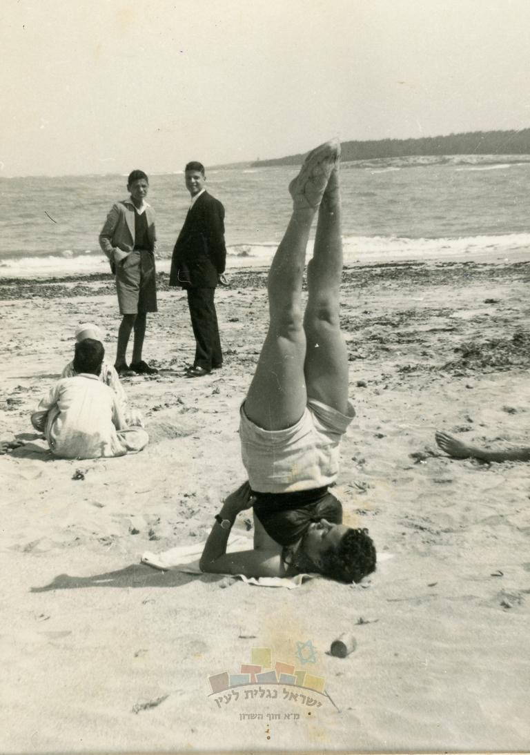 שושנה פרדו (לימים כהן), מתעמלת על הח