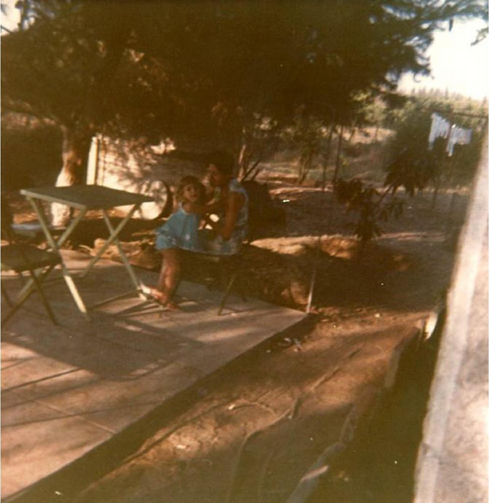 ז'נט רובינשטיין עם נכדתה גלית מתחת לעץ האורן בחצר ביתה במגדיאל, 1972
