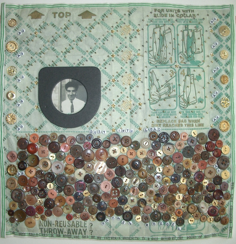 """""""מאבק לזהב"""", יצירתה של רחלי רוגל משנת 2001 המשקפת את מראה שקית שואב האבק שלה. היצירה ייצגה את ישראל בוועידת כדור הארץ ביוהנסבורג בשנת 2002."""