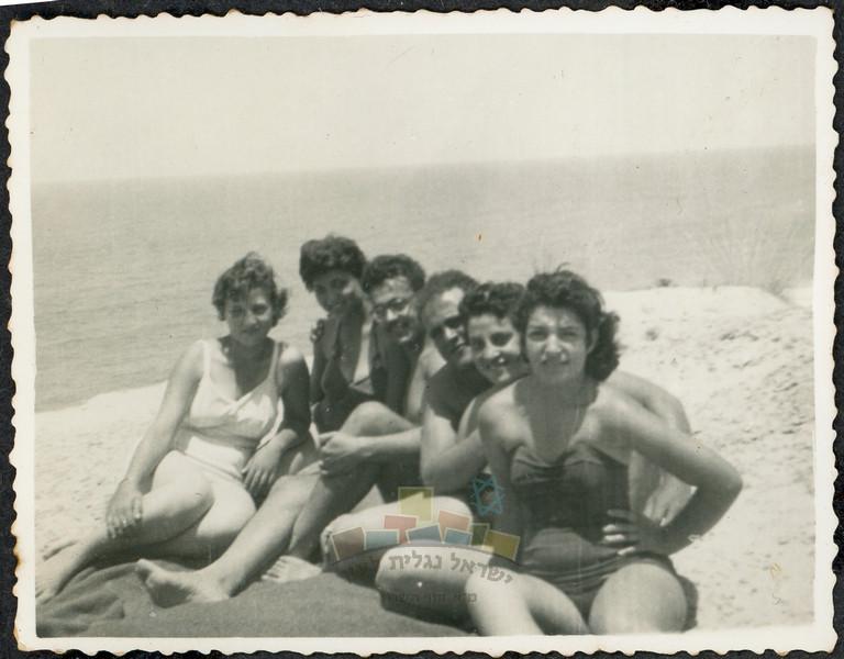 שושנה וחברות מאודים בחוף פולג (שושנה שניה מימין), 1955