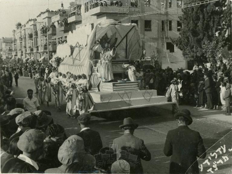 תהלוכת עדלאידע ברחוב אלנבי, 1.3.1934, אלבום נורית בת יער לבית פולישוק, תל-אביב-יפו נגלית לעין