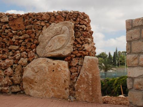 על שפת הכביש – אבני החן בשדרות בגין:                                     יצירותיה של הפסלת אור־נה רן
