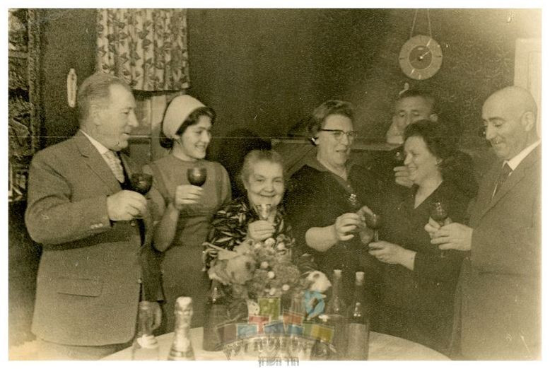 מפגש בני משפחת פשחצקי שנמצאו בזכות 'המדור לחיפוש קרובים' ברדיו, אוקראינה, 1965 מימין: בריש פשחצקי, אישתו אסתר, פלוני, לאה אשתו של משה יוסל, אמה של אסתר, חסידה-פאינה בתם של אסתר ובריש, משה יוסל. כולם מרימים כוסית לכבוד הארוע המשמח, על רקע סלון ביתם של בריש ואסתר.