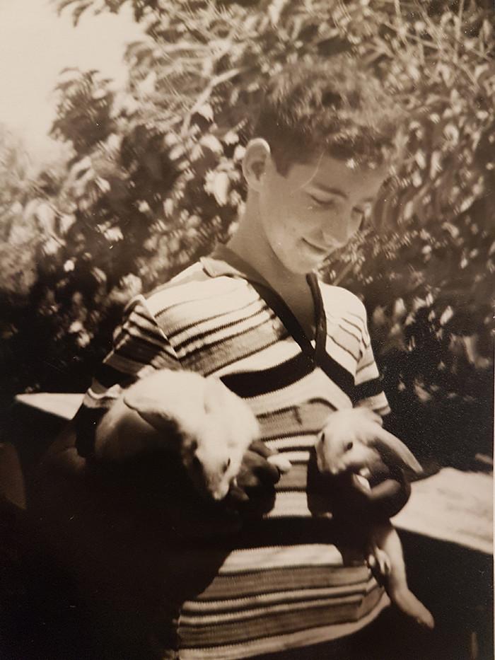 תמונת יוסי נמרי הנער עם שני ארנבים בחצר ביתו בקרית ים. טרם הועלתה לאתר. שנת 1963 בערך