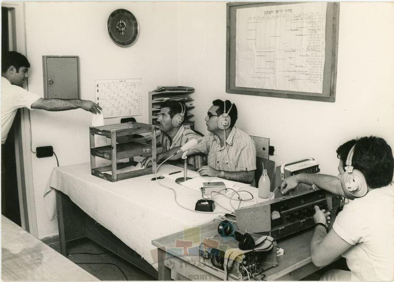שידור חי של תכנית הרדיו 'מחפשים את המטמון' ברשת ב', אולפני קול ישראל תל אביב, 1970. זאב ענר במרכז התצלום, מרדכי נאור לצדו.