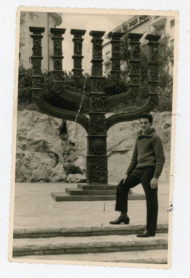 אריק פרוסק ליד מנורת הכנסת בבור שיבר בירושלים, סוף שנות ה 50