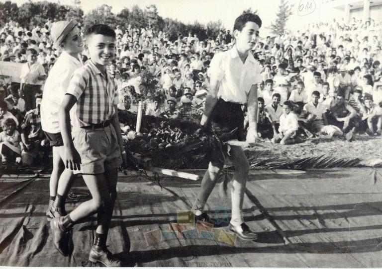 הבאת ביכורים מפרי האדמה בבית הספר המשותף בתל מונד, 1952, אלבום אלי דותן – כפר הס