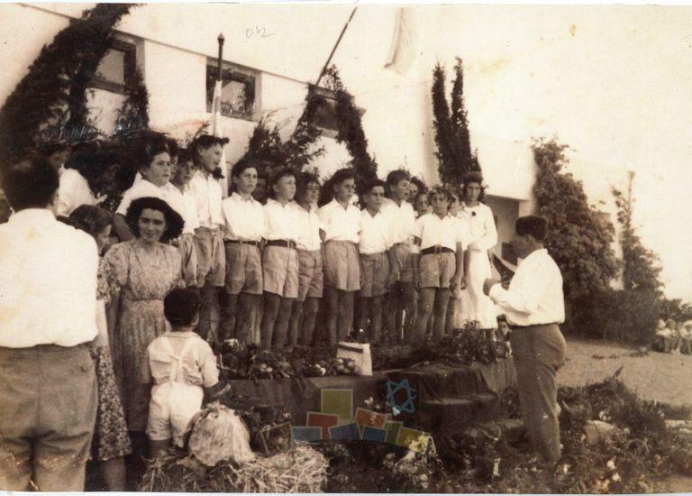 מקהלת בית הספר המשותף תל מונד עם מנהל בית הספר דוד גלבוע, 1950, אלבום אלי דותן – כפר הס