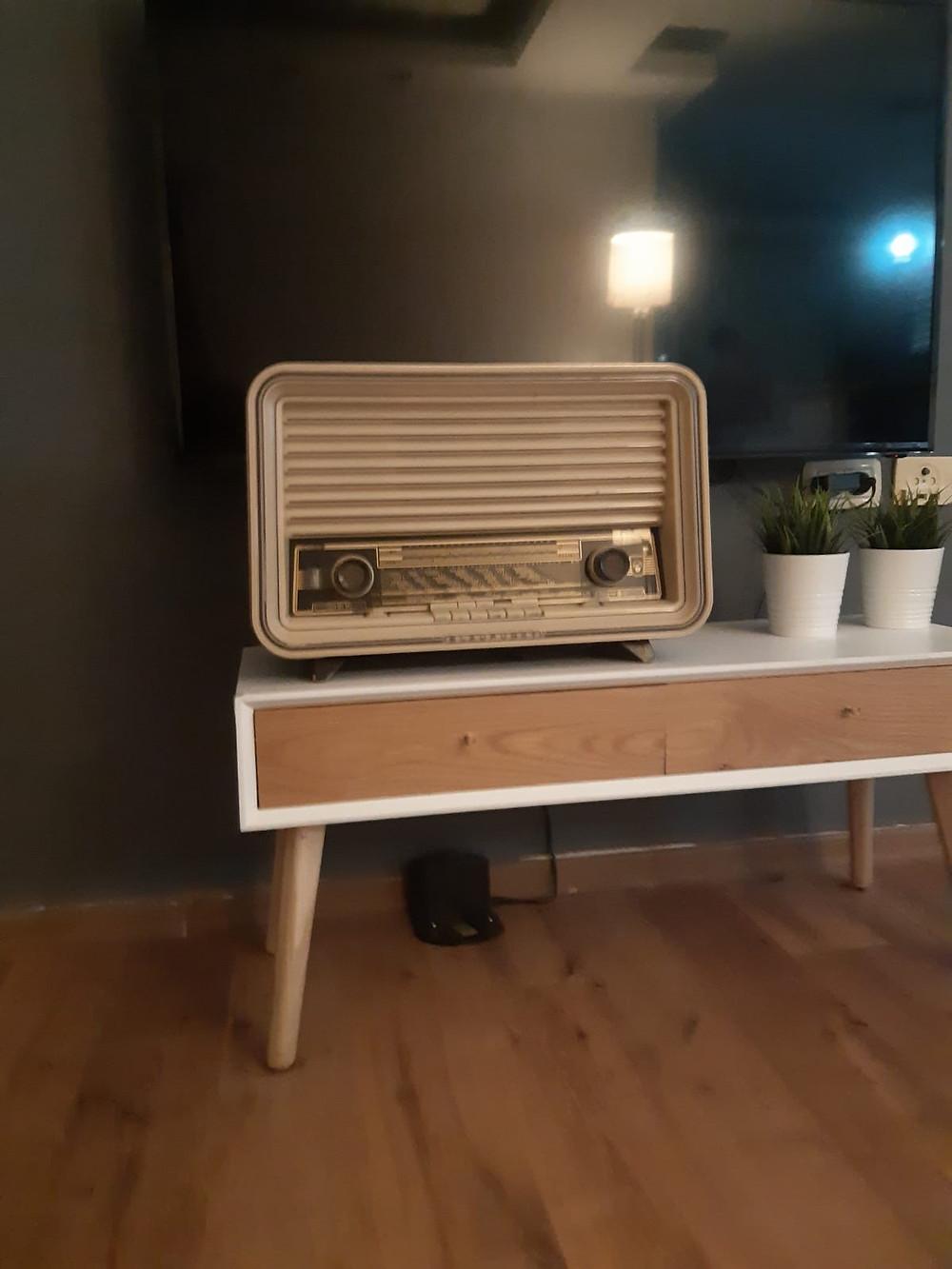מקלט הרדיו של אלכס ובתיה פשחצקי, בביתו של נכדם אלון קוה ברמת גן, 2019