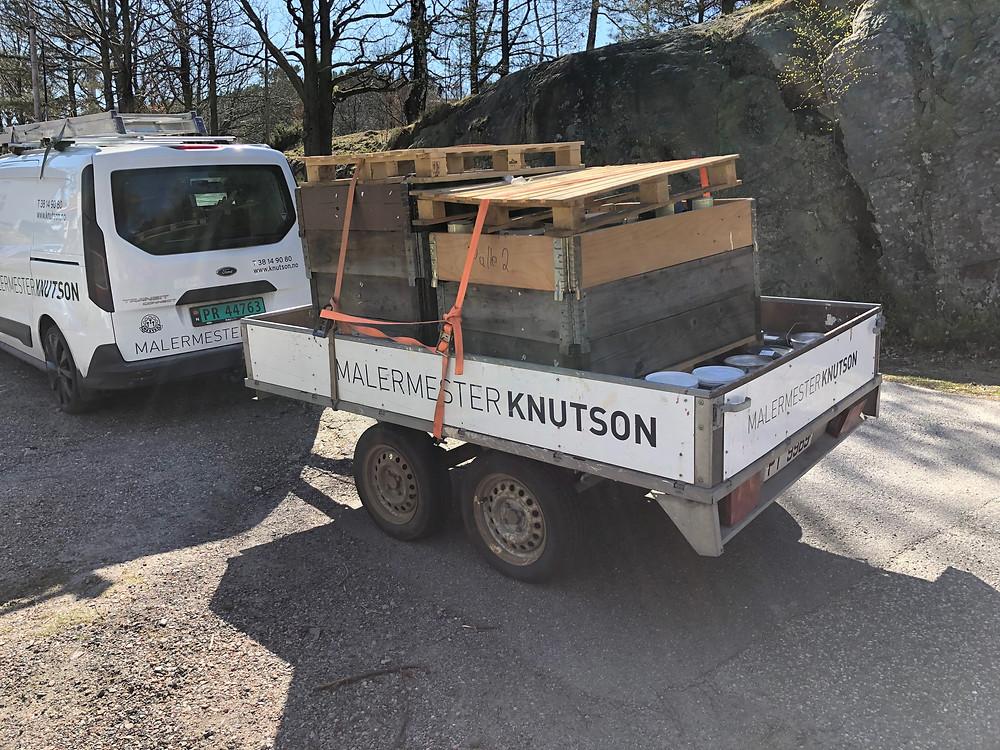 Malermester Knutson og Deconform har noe felles - vi driver med maling. Malermester Knutson sitter hvert år igjen med maling fra prosjekter de gjør. Dene malingen er tidligere blitt kastet, men nå får den en ny sjanse til å reflektere lys. Malingen er nemlig fullt brukbar til kunstverk.