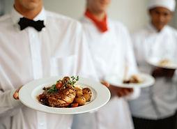 camareros con platos
