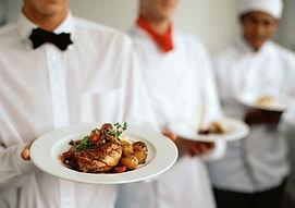 Meseros con banquete, alimentos